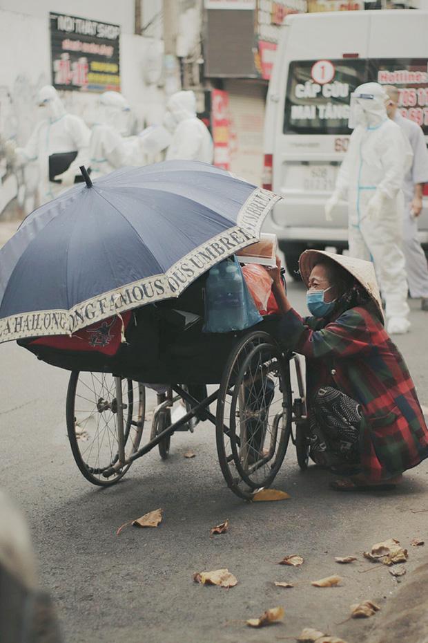 Gặp người vợ gục khóc cạnh xe lăn của chồng từng được Giang Kim Cúc giúp đỡ: Cô Cúc không liên lạc nữa, giờ cô chỉ mong được đi bán vé số lại-4