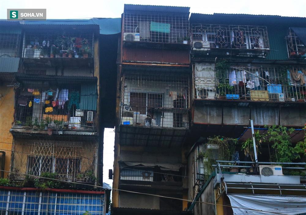 Cận cảnh 4 khu tập thể cấp độ nguy hiểm tại Hà Nội: Lấy chậu hứng nước mưa, đi vệ sinh phải đội nón-2