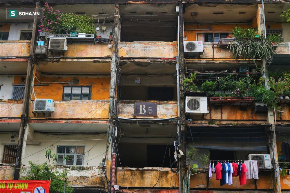 Cận cảnh 4 khu tập thể cấp độ nguy hiểm tại Hà Nội: Lấy chậu hứng nước mưa, đi vệ sinh phải đội nón-11