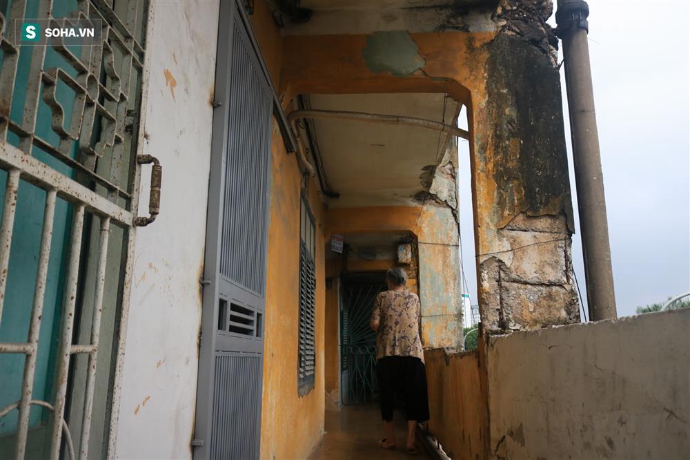 Cận cảnh 4 khu tập thể cấp độ nguy hiểm tại Hà Nội: Lấy chậu hứng nước mưa, đi vệ sinh phải đội nón-12
