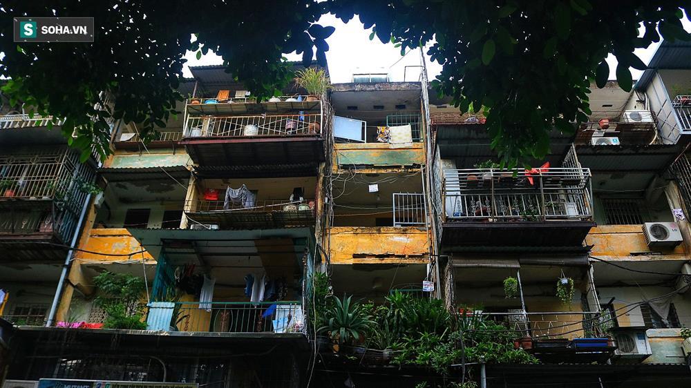 Cận cảnh 4 khu tập thể cấp độ nguy hiểm tại Hà Nội: Lấy chậu hứng nước mưa, đi vệ sinh phải đội nón-3