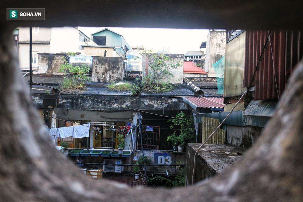 Cận cảnh 4 khu tập thể cấp độ nguy hiểm tại Hà Nội: Lấy chậu hứng nước mưa, đi vệ sinh phải đội nón-8