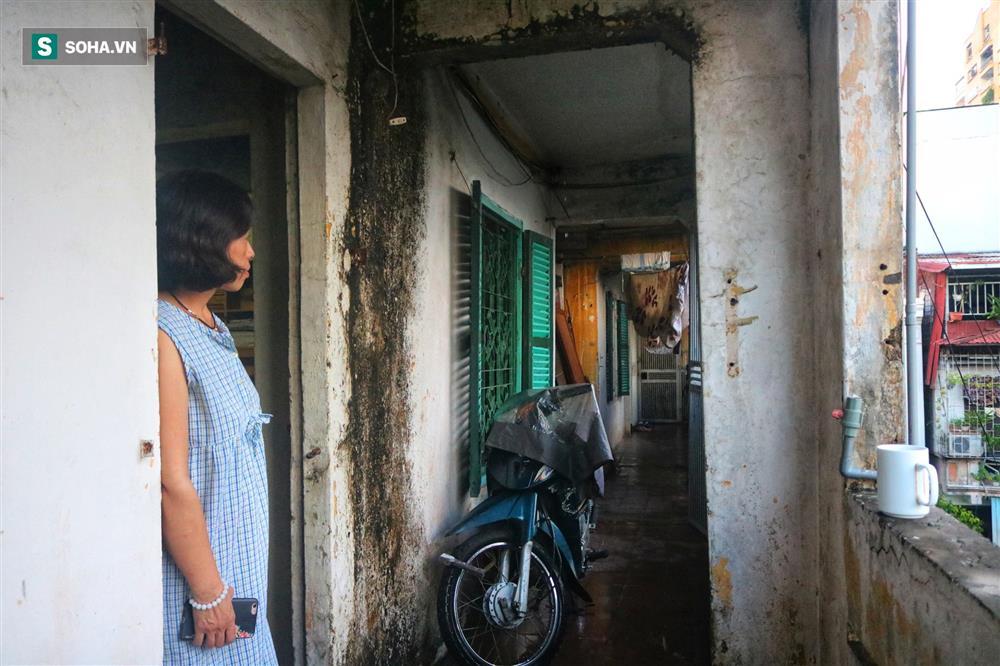 Cận cảnh 4 khu tập thể cấp độ nguy hiểm tại Hà Nội: Lấy chậu hứng nước mưa, đi vệ sinh phải đội nón-9