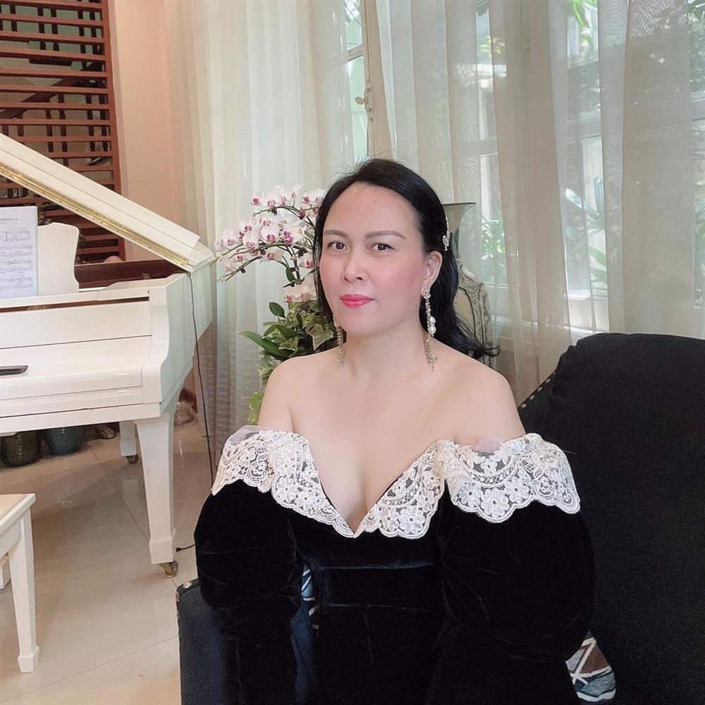 Phượng Chanel u mê váy áo trễ vai như sắp tụt-1