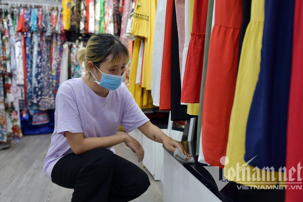 Sáng đèn dọn dẹp xuyên đêm, thời trang Hà thành đón ngày mới hiếm có-10