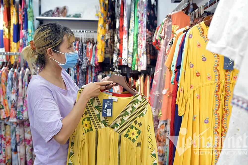 Sáng đèn dọn dẹp xuyên đêm, thời trang Hà thành đón ngày mới hiếm có-9