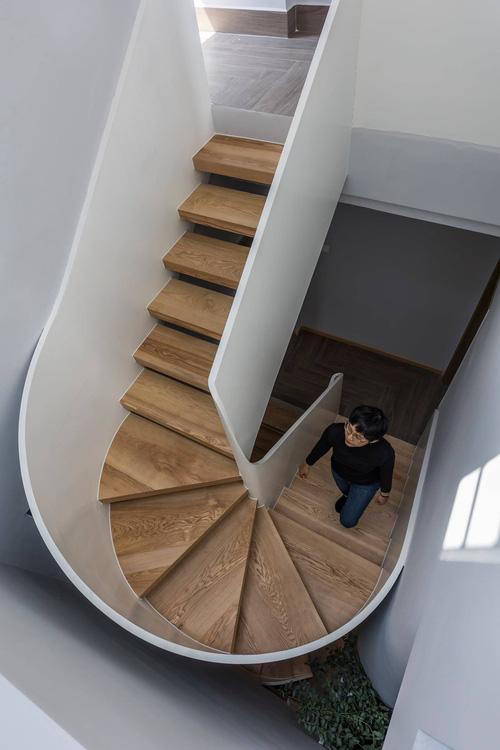 Mê mẩn nhà phố 2,3 tỷ có cầu thang uốn lượn như dải lụa, góc nào cũng giống triển lãm nghệ thuật-10