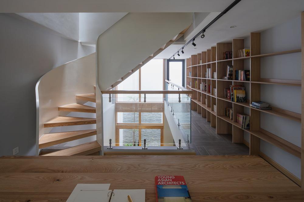 Mê mẩn nhà phố 2,3 tỷ có cầu thang uốn lượn như dải lụa, góc nào cũng giống triển lãm nghệ thuật-13