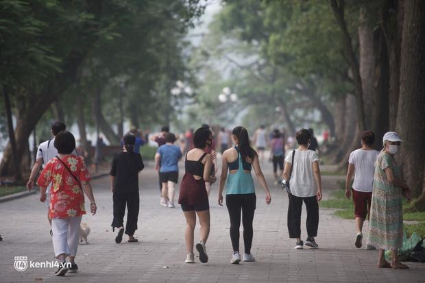 Hồ Gươm ngày trở lại: Trường đua xe đạp rộn ràng, người tập thể dục hân hoan còn giới trẻ í ới nhau chiều lượn một vòng nhé!-1