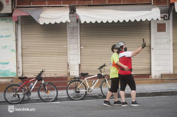 Hồ Gươm ngày trở lại: Trường đua xe đạp rộn ràng, người tập thể dục hân hoan còn giới trẻ í ới nhau chiều lượn một vòng nhé!-7