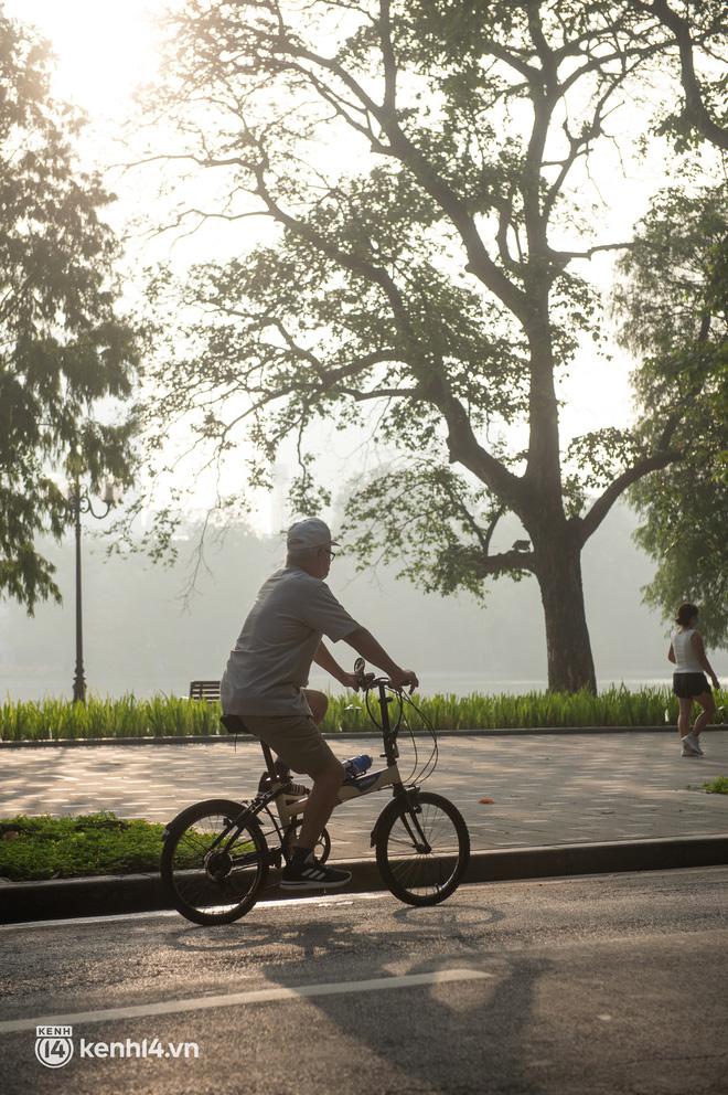 Hồ Gươm ngày trở lại: Trường đua xe đạp rộn ràng, người tập thể dục hân hoan còn giới trẻ í ới nhau chiều lượn một vòng nhé!-9