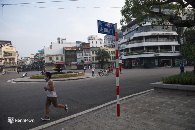 Hồ Gươm ngày trở lại: Trường đua xe đạp rộn ràng, người tập thể dục hân hoan còn giới trẻ í ới nhau chiều lượn một vòng nhé!-12