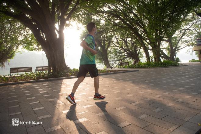 Hồ Gươm ngày trở lại: Trường đua xe đạp rộn ràng, người tập thể dục hân hoan còn giới trẻ í ới nhau chiều lượn một vòng nhé!-14