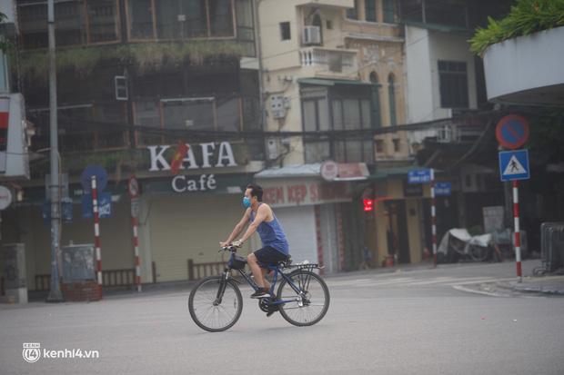 Hồ Gươm ngày trở lại: Trường đua xe đạp rộn ràng, người tập thể dục hân hoan còn giới trẻ í ới nhau chiều lượn một vòng nhé!-15