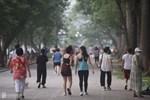Hồ Gươm ngày trở lại: 'Trường đua' xe đạp rộn ràng, người tập thể dục hân hoan còn giới trẻ í ới nhau 'chiều lượn một vòng nhé!'