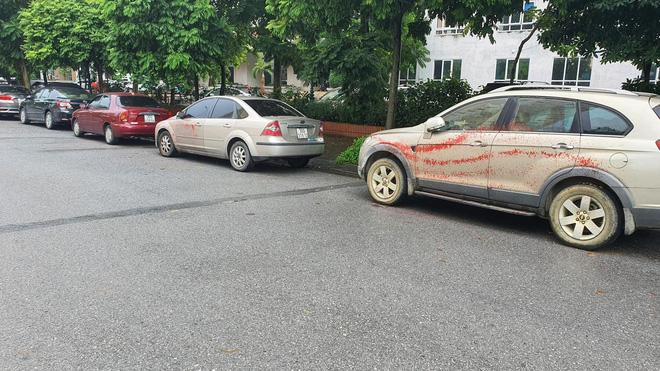 Hà Nội: Hàng loạt xe ô tô bị tạt sơn đỏ trong Khu đô thị Trung Văn-3
