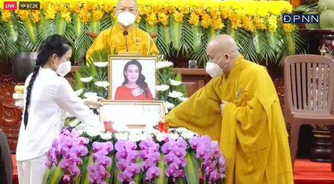 Nghẹn ngào khoảnh khắc con gái nuôi của Phi Nhung thay mẹ nhận điều này trong lễ cầu siêu, sư thầy còn chia sẻ lý do nữ ca sĩ vì sao chưa tiêm vắc xin-3