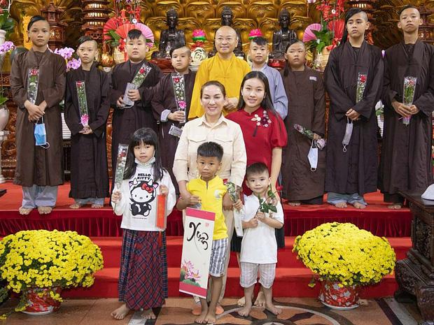 23 người con của Phi Nhung gồm những ai và sống thế nào trước khi mẹ nuôi qua đời?-19