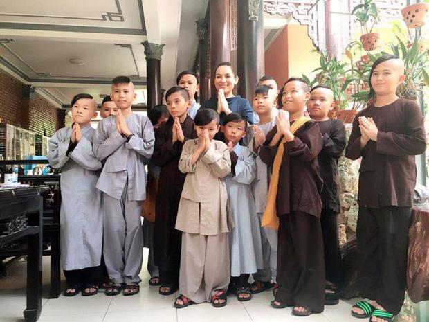 23 người con của Phi Nhung gồm những ai và sống thế nào trước khi mẹ nuôi qua đời?-22