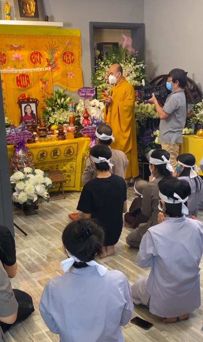 Hồ Văn Cường đeo khăn tang, lộ diện buồn bã trong tang lễ NS Phi Nhung, mẹ ruột nam ca sĩ cũng có mặt-5