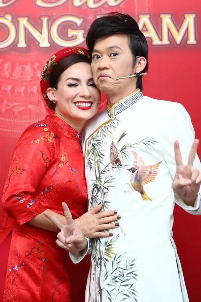 Phi Nhung từng tiết lộ Hoài Linh có tình ý và điều gì khiến nam danh hài vội chạy lên sân khấu để ngăn cản-2
