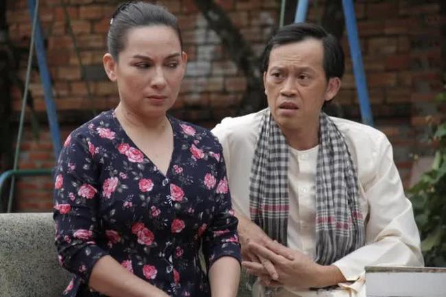 Phi Nhung từng tiết lộ Hoài Linh có tình ý và điều gì khiến nam danh hài vội chạy lên sân khấu để ngăn cản-3