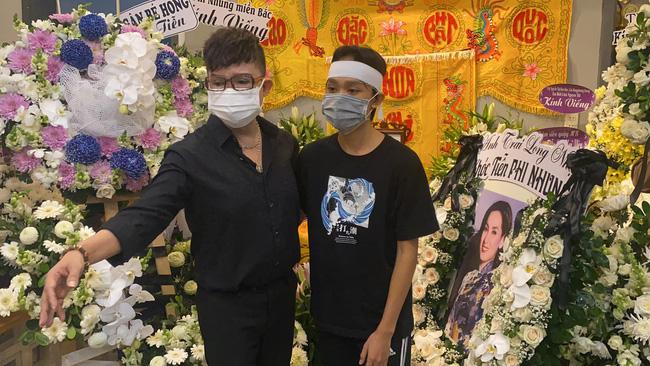Hồ Văn Cường đau đớn quỳ bên di ảnh của Phi Nhung, nhiều nghệ sĩ đến nhà viếng nữ ca sĩ-1