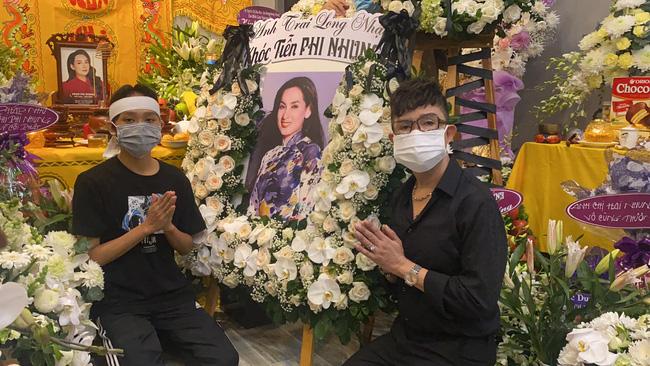 Hồ Văn Cường đau đớn quỳ bên di ảnh của Phi Nhung, nhiều nghệ sĩ đến nhà viếng nữ ca sĩ-2