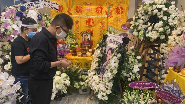 Hồ Văn Cường đau đớn quỳ bên di ảnh của Phi Nhung, nhiều nghệ sĩ đến nhà viếng nữ ca sĩ-3