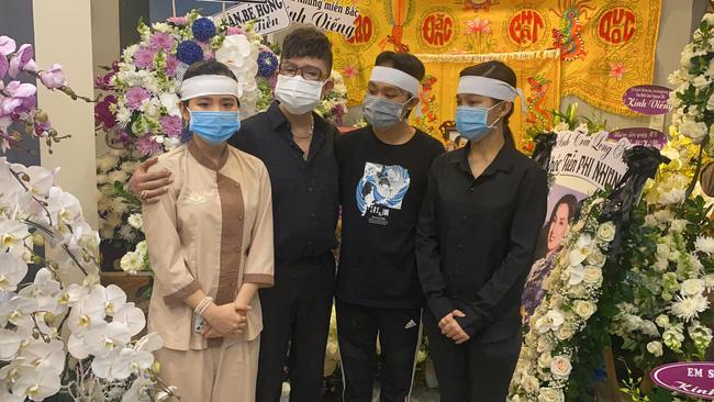 Hồ Văn Cường đau đớn quỳ bên di ảnh của Phi Nhung, nhiều nghệ sĩ đến nhà viếng nữ ca sĩ-4