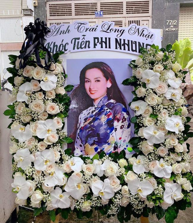 Hồ Văn Cường đau đớn quỳ bên di ảnh của Phi Nhung, nhiều nghệ sĩ đến nhà viếng nữ ca sĩ-6