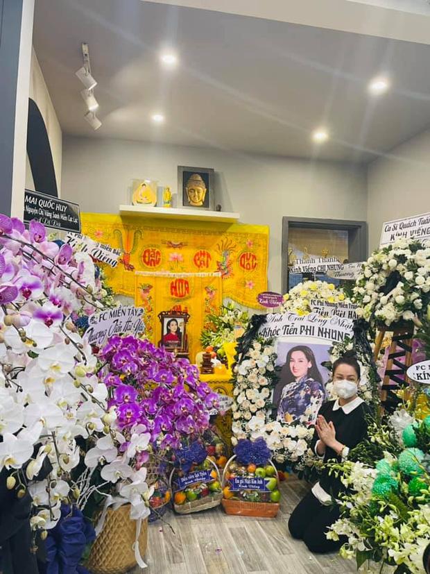 Lễ viếng ca sĩ Phi Nhung ngày 2/10: Nhật Kim Anh đến từ sớm, Hồ Văn Cường lộ rõ tiều tuỵ sau 4 ngày mẹ nuôi qua đời-1