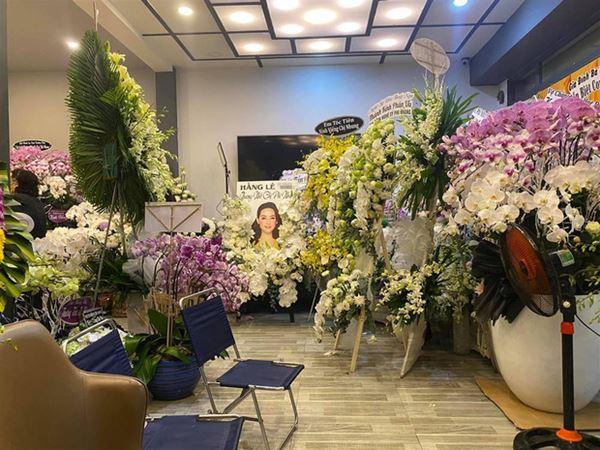 Khánh Đơn cùng vợ đến viếng ca sĩ Phi Nhung, Trường Giang - Nhã Phương, Tóc Tiên cùng dàn sao Vbiz gửi hoa chia buồn-1