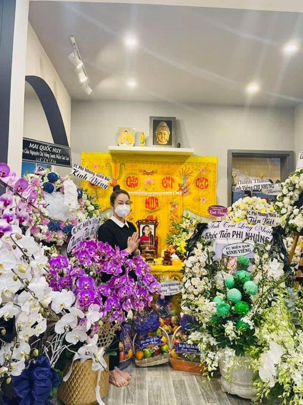 Khánh Đơn cùng vợ đến viếng ca sĩ Phi Nhung, Trường Giang - Nhã Phương, Tóc Tiên cùng dàn sao Vbiz gửi hoa chia buồn-2