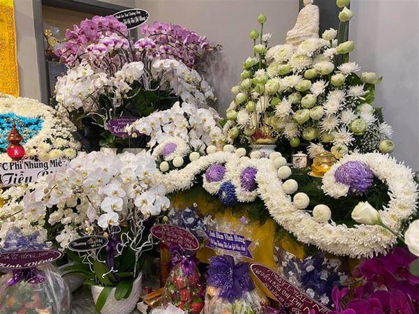 Khánh Đơn cùng vợ đến viếng ca sĩ Phi Nhung, Trường Giang - Nhã Phương, Tóc Tiên cùng dàn sao Vbiz gửi hoa chia buồn-3
