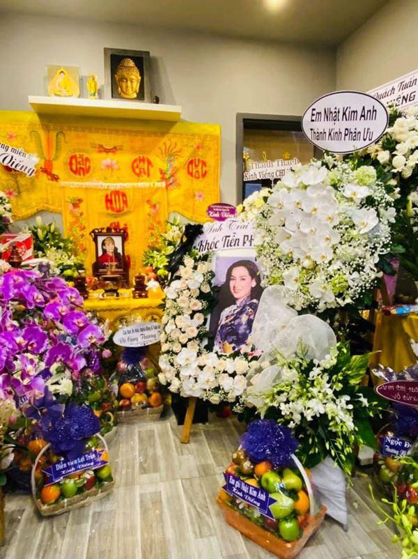 Khánh Đơn cùng vợ đến viếng ca sĩ Phi Nhung, Trường Giang - Nhã Phương, Tóc Tiên cùng dàn sao Vbiz gửi hoa chia buồn-4