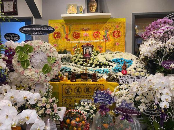 Khánh Đơn cùng vợ đến viếng ca sĩ Phi Nhung, Trường Giang - Nhã Phương, Tóc Tiên cùng dàn sao Vbiz gửi hoa chia buồn-5