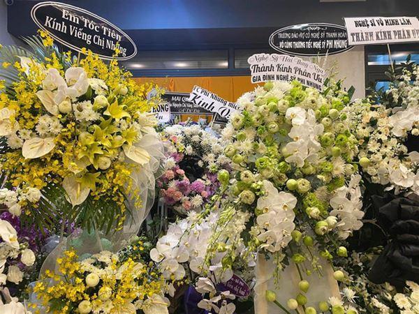 Khánh Đơn cùng vợ đến viếng ca sĩ Phi Nhung, Trường Giang - Nhã Phương, Tóc Tiên cùng dàn sao Vbiz gửi hoa chia buồn-6