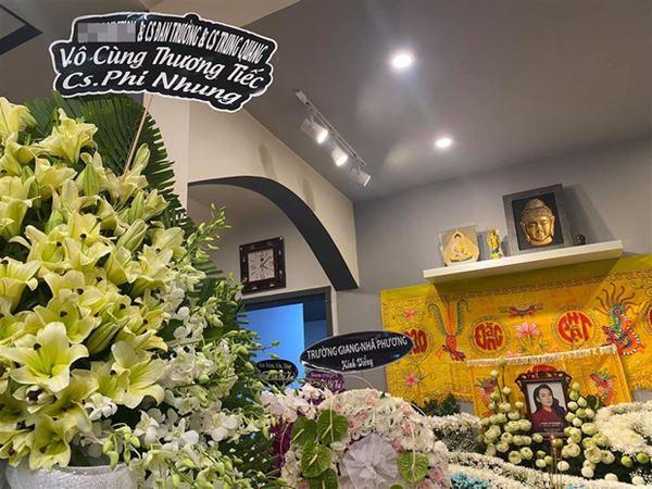 Khánh Đơn cùng vợ đến viếng ca sĩ Phi Nhung, Trường Giang - Nhã Phương, Tóc Tiên cùng dàn sao Vbiz gửi hoa chia buồn-7