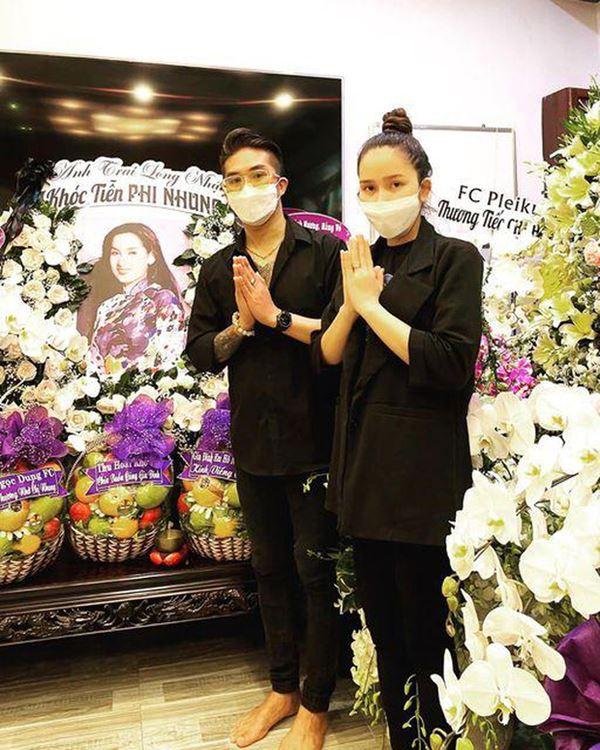 Khánh Đơn cùng vợ đến viếng ca sĩ Phi Nhung, Trường Giang - Nhã Phương, Tóc Tiên cùng dàn sao Vbiz gửi hoa chia buồn-8
