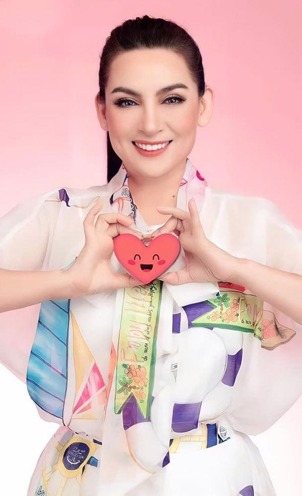 Khánh Đơn cùng vợ đến viếng ca sĩ Phi Nhung, Trường Giang - Nhã Phương, Tóc Tiên cùng dàn sao Vbiz gửi hoa chia buồn-9