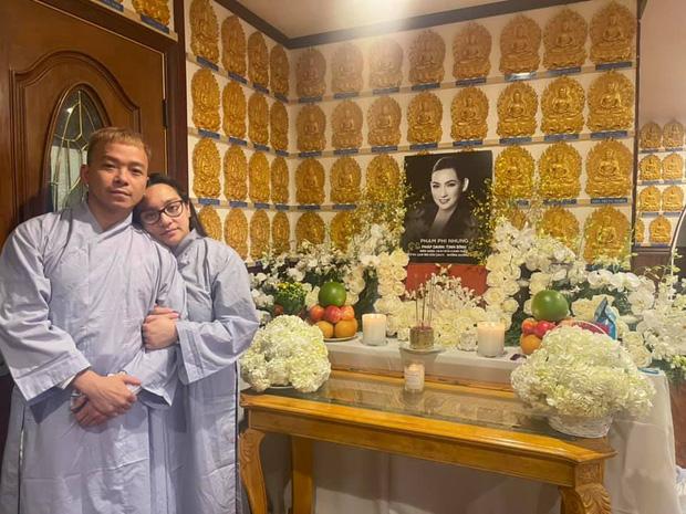 Con gái Phi Nhung tiều tụy đứng bên bàn thờ mẹ, nhìn nét mặt đau buồn mà xót xa-1