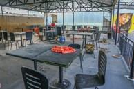 Bàn ghế chất đống, bụi phủ đầy quán xá ở Đà Nẵng