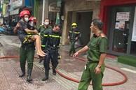 TP.HCM: Nhà 6 tầng bốc cháy, Cảnh sát bế người đàn ông bị mắc kẹt thoát nạn