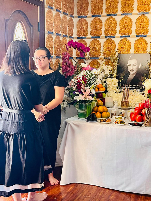 Con gái Phi Nhung lộ diện xanh xao, đôi mắt sưng húp vẫn cố túc trực lo chu toàn tang lễ cho mẹ tại Mỹ-1