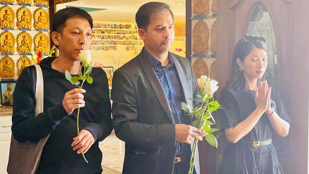 Con gái Phi Nhung lộ diện xanh xao, đôi mắt sưng húp vẫn cố túc trực lo chu toàn tang lễ cho mẹ tại Mỹ-4