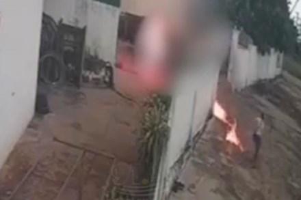 Clip kinh hoàng: Người đàn ông bị tạt xăng, cháy bùng lên như đuốc sống, nữ hung thủ lạnh lùng bỏ đi