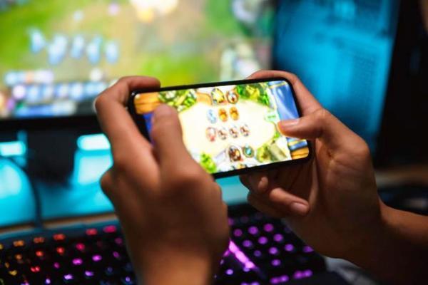 Ông bố Hà Nội đập nát iPhone, cho con dừng học online-1