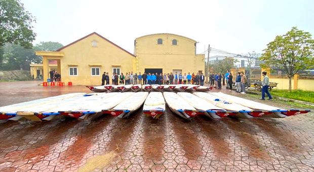 Vợ chồng Công Vinh - Thủy Tiên về Nghệ An cứu trợ lũ lụt: Trao mỗi gia đình từ 5-20 triệu đồng-6