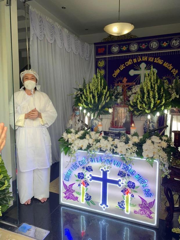 NS Hoài Linh lần đầu lộ diện sau 4 tháng ở ẩn, tiều tuỵ thấy rõ trong tang lễ bố ruột vừa qua đời tại Việt Nam-1